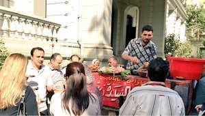 """""""عربية فول"""" داخل السفارة البريطانية في مصر.. والسفير: """"اللمة حلوة وجبنا أحلى عربية من السيدة زينب"""""""