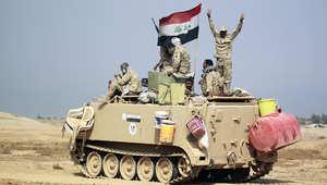 جنود عراقيون على ظهر دبابة قرب مدينة كربلاء