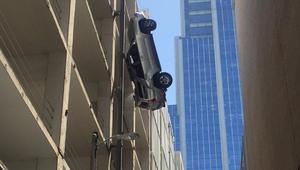 أمريكا: سيارة تتدلى من الطابق التاسع.. ماذا حل بالسائق وسيارته؟