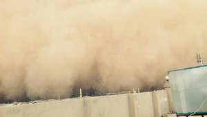بالصور.. عاصفة رملية ضخمة تضرب الأنبار.. وموالون لداعش: أرسلها الله لحماية جنوده ضد قوات العبادي