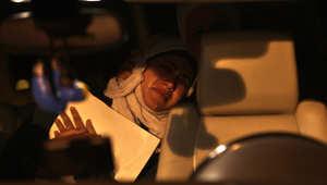 لقطات لزوجة الطيار الأردني معاذ الكساسبة في وقفة لعشيرته خارج الديوان الملكي