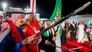 العاهل السعودي ونظيره البحريني يشاركان في أداء العرضة