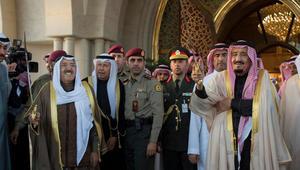 """العاهل السعودي يشارك بأداء """"العرضة"""" في الكويت والبحرين وقطر والإمارات"""