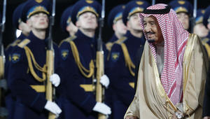 العاهل السعودي يصل روسيا في أول زيارة ملكية.. والخارجية: تعزز تنويع الشراكات