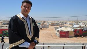 أول خريج جامعي من مخيم الزعتري: الفرحة ناقصة.. وأساعد مجتمعي بتعليم الأطفال