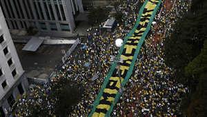 متظاهرون في البرازيل يطالبون بإقالة الرئيسة روسيف بعد موجة فضائح الفساد