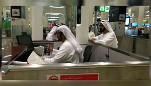 """بعد انتشار صورة محمد بن راشد وهو يراقب أحد العاملين بمطار دبي.. """"إقامة دبي"""": الموظف كان مشغولا بإنجاز مهامه الوظيفية"""