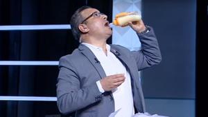 """شاهد.. إعلامي مصري يشرب لبن الأطفال بـ """"الببرونة"""" على الهواء"""