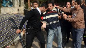 عناصر من الأمن يوقفون أحد مؤيدي الإخوان السبت