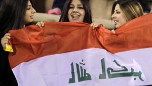 عراقيات مع علم بلدهم خلال المباراة