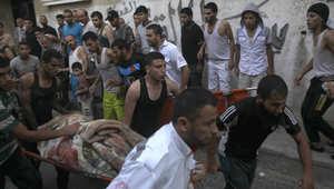 مسعفون ينقلون أحد ضحايا القصف الإسرائيلي