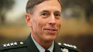 ماكين يطلب إنهاء التحقيق بفضيحة الجنرال بتريوس الجنسية ويسأل: من يريد إسكاته بزمن الحرب على داعش؟