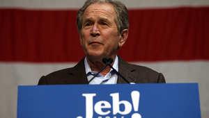 جورج بوش خلال كلمته أمام مجموعة من مؤيدي أخيه جيب بوش