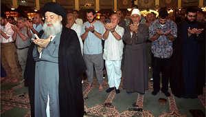 محمد حسين فضل الله الزعيم الشيعي اللبناني يؤدي صلاة الكسوف في الضاحية الجنوبية لبيروت 2 أغسطس/ آب 1999