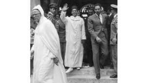 عاهل المغرب السابق الحسن الثاني يغادر مسجدا في باريس بعد أداء صلاة الجمعة ، أكتوبر/ تشرين الأول 1965