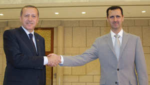 الأسد يصافح رئيس الوزراء التركي رجب طيب أردوغان في قصر الشعب بدمشق