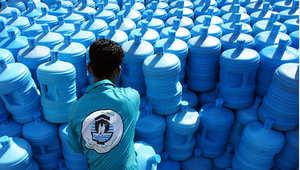عامل يحمل عبوات مياه زمزم في مكتب الزمازمة الموحد في مكة ، 7 نوفمبر/ تشرين الثاني 2010