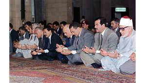 من اليمين، شيخ الأزهر، الرئيس العراقي الأسبق صدام حسين، الرئيس المصري الأسبق حسني مبارك، عاهل الأردن السابق الملك حسين، الرئيس اليمني الأسبق علي عبدالله صالح في صلاة الجمعة بالاسكندرية خلال القمة العربية 16 يونيو/ حزيران 1989