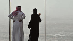 غرامة 500 ألف ريال والسجن لمن يتجسس على هاتف زوجه/ زوجته بالسعودية