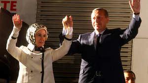أردوغان برفقة زوجته يحيي مؤيديه في حزب العدالة والتنمية في أنقرة يوم 12 يونيو 2011 بعد انتزاع الحزب الحاكم صاحب الجذور الاسلامية فوزا ساحقا في الانتخابات البرلمانية.