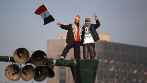 رجلان في ميدان التحرير يحتفلان بالذكرى السنوية لثورة 25 يناير 2012 في القاهرة مصر