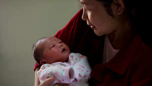 """تقليد صيني """"يحبس"""" الأمهات الجديدات في منازلهن... دون استحمام"""