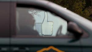 سيارة تاكسي تمر أمام مقر فيسبوك في كاليفورنيا