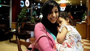 """بعدما مزقت صورة الملك.. الداخلية البحرينية تُعلن الإفراج عن الناشطة زينب الخواجة وطفلتها """"لأسباب إنسانية"""""""