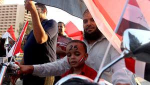 مصري مع ابنه في ميدان التحرير بالقاهرة