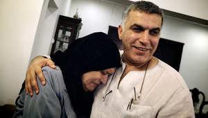 أرشيف- نبيل رجب يحتضن والدته بعد خروجه من السجن عام 2012