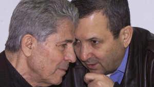 """رئيس الوزراء الاسرائيلي ايهود باراك يتحدث مع القائد السابق لـ """"جيش لبنان الجنوبي"""" أنطوان لحد"""