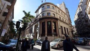 مصريون أمام البورصة المصرية في العاصمة القاهرة