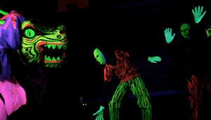 زرادشتيون إيرانيون يقاتلون الشيطان في مسرحية أثناء مهرجان سنوي في طهران