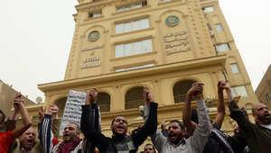 أعضاء من جماعة الإخوان المسلمين أمام مقر الحزب في القاهرة يوم 22 مارس 2013