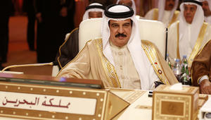 عاهل البحرين لمسؤولين أمريكيين: حل أزمة قطر في الرياض