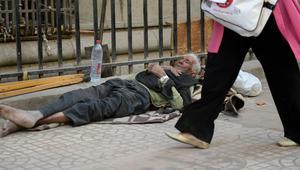 رجل بلا مأوى ينام على الرصيف خلال تجمع حاشد في وسط القاهرة احتجاجا على زيارة وفد من صندوق النقد الدولي في آبريل 2013