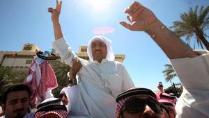 المعارض الكويتي والنائب السابق مسلم البراك يحتفل بين أنصاره وهو يغادر محكمة الاستئناف في أبريل 2013