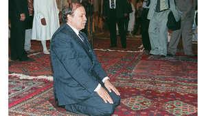 الرئيس الجزائري عبدالعزيز بوتفليقة يؤدي الصلاة في جامع الزيتونة خلال زيارته لتونس، 29 يونيو/ حزيران 2000