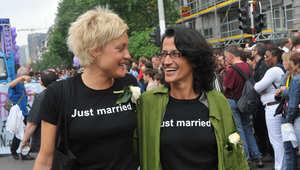 ناس يتظاهرون خلال موكب للمثليين في وسط بروكسل