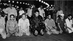 بطل العالم في الوزن الثقيل بالملاكمة، محمد علي، يؤدي الصلاة في مسجد محمد علي باشا في القاهرة، 5 أكتوبر/ تشرين الأول 1986