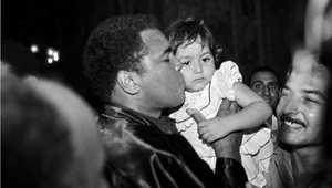 محمد علي يقبل طفلا بعد أداء الصلاة