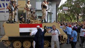 متظاهرون إسلاميون بمواجهة قوات الأمن المصرية في مسيرة ضد الجيش في العاصمة القاهرة