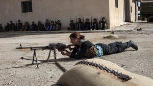 شابة من أكراد سوريا تتدرب على اطلاق النار خلال دورة تدريبية نظمتها وحدات الدفاع الكردية
