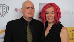 آندي واتشاوسكي يقف إلى جانب شقيقته لارا في صورة قبل إعلانه هو الآخر عن تحوله جنسيا إلى امرأة