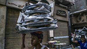 مصري يحمل على رأسه وجبات للإفطار خلال شهر رمضان في القاهرة