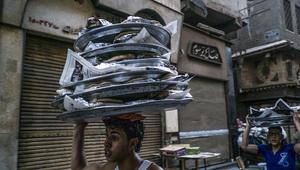 مصري يحمل وجبات الإفطار ليسلمها لمسلمين خلال شهر رمضان في القاهرة