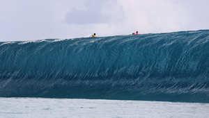 """شاهد بالفيديو.. راكب أمواج مغامر ينجو بمعجزة من """"أثقل موجة ساحقة في التاريخ"""""""