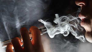 """الجدل يعود حول السجائر الإلكترونية وسط تحذير الخبراء.. بريطانيا تراها """"أكثر أمانا"""" وتساعد بترك التدخين"""