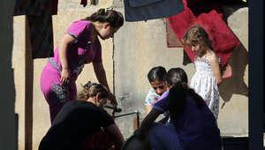 نازحون عراقيون يطبخون في كنيسة مار يوسف في قرية مسيحية في عنكاوا، شمال أربيل