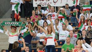 مشجعون ومشجعات إِيرانيون خلال مباراة فريقهم للكرة الطائرة مع الفريق الروسي في بطولة العالم ببولندا، 20 سبتمبر/ أيلول 2014